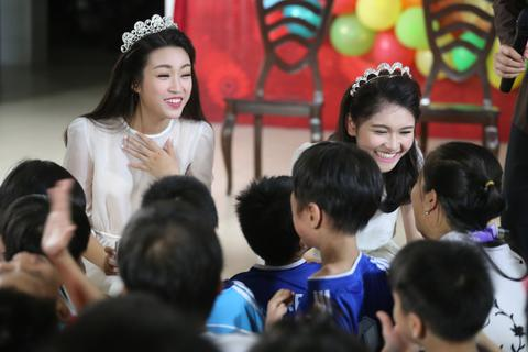 """Hoa hậu Mỹ Linh, Á hậu Thuỳ Dung hoá chị Hằng """"vui hội trăng rằm"""""""