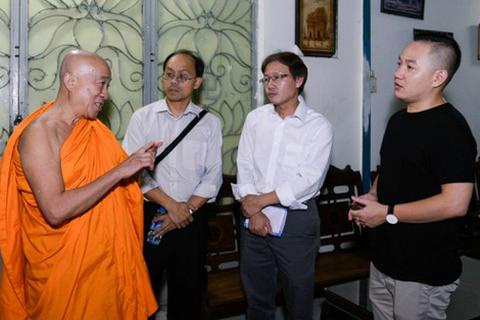 Gia đình Minh Thuận đi trao tiền từ thiện theo di nguyện của nam ca sĩ