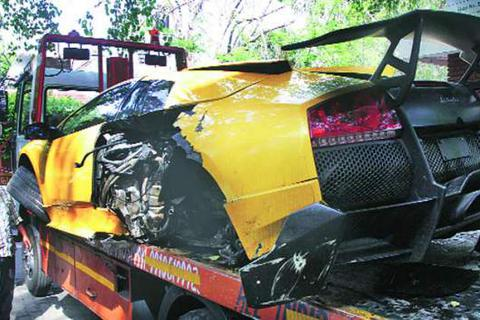 Bị đâm xe, nhà giàu Ấn Độ vứt bỏ Lamborghini ngoài đường