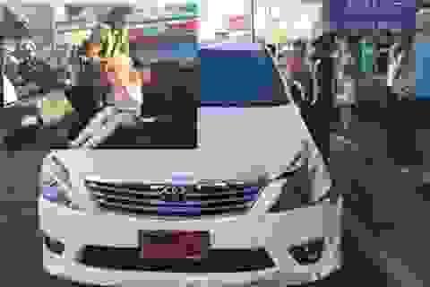 Đi sai đường, du khách Mỹ đâm 13 xe tại Thái Lan