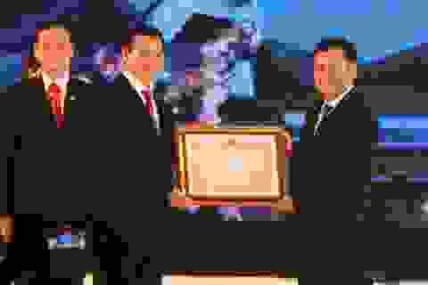 TP Hòa Bình đón nhận Huân chương độc lập hạng III.