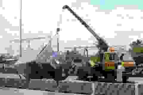 """Xe tải lật nghiêng, quốc lộ 1A """"tắm"""" nước mắm"""