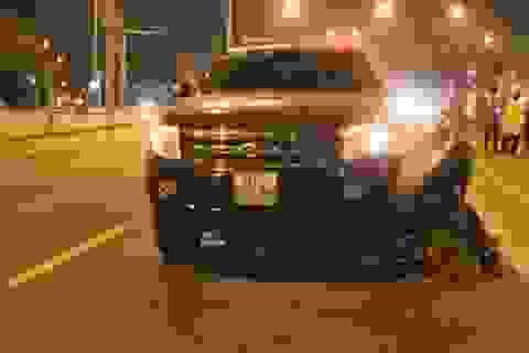 3 thanh niên đi xe máy văng xa cả chục mét sau cú va chạm