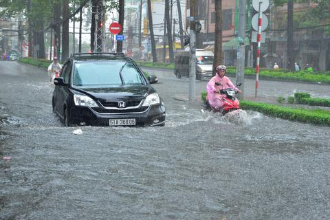 TP HCM: Nhiều tuyến đường ngập lênh láng, xe chết máy la liệt