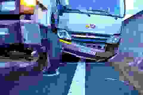 Bốn ô tô đâm nhau, hàng chục hành khách hốt hoảng