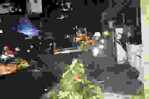 Cây đổ kéo theo hàng loạt trụ điện, cả khu phố mất điện