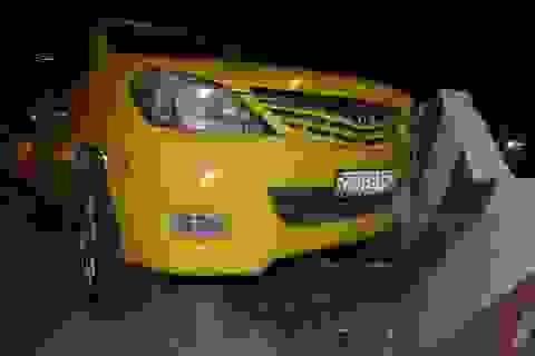 Taxi chở gia đình Việt kiều Pháp gặp nạn, bé trai 13 tuổi bị thương
