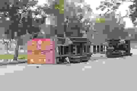 """Container lật ngang, """"chổng vó"""" giữa đường"""