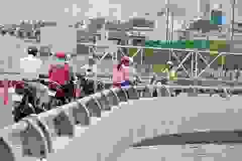 Vụ xe khách hất người rơi khỏi cầu vượt: Lan can cầu thiếu an toàn?