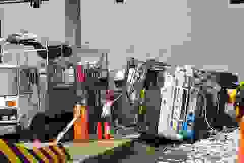 Xe tải đâm sập trạm thu phí đường cao tốc, 2 người bị thương