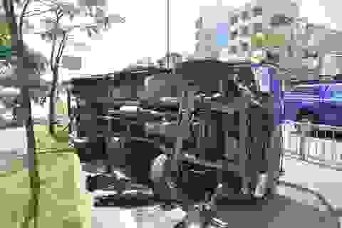 Xe tải nổ lốp lật ngang trên đại lộ Võ Văn Kiệt