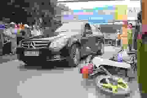 Dựng lại hiện trường vụ người chồng lái xe Mercedes va chạm khiến vợ bị thương rồi bỏ đi