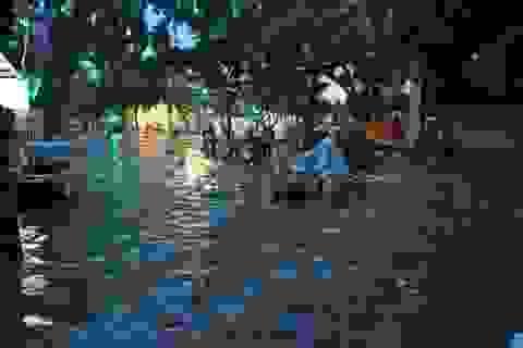 """Đường ngập sâu gần 1m, người Sài Gòn vật vã """"bơi"""" về nhà"""