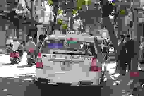Một tài xế nằm chết trong taxi