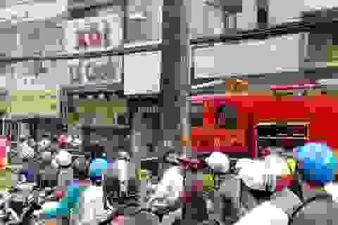 Điều xe thang khống chế vụ cháy tại căn nhà 6 tầng