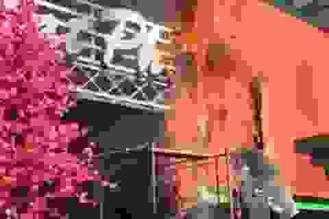 Cháy bảng hiệu quán cà phê, hàng chục khách hốt hoảng tháo chạy
