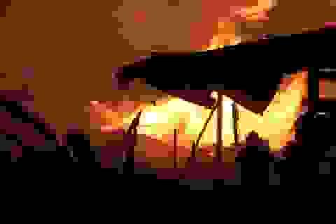 """Khói lửa bao trùm xưởng gỗ 1.000 m2, giao thông """"tê liệt"""""""