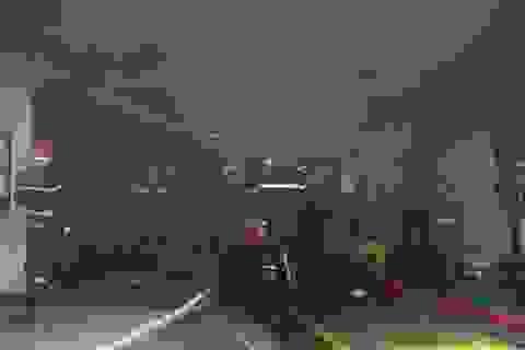 """Cháy xưởng sơn xe, gần 40 ô tô được """"giải cứu"""" kịp thời"""