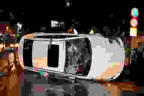 Ô tô của người phụ nữ lật trong mưa, đường tắc nghiêm trọng