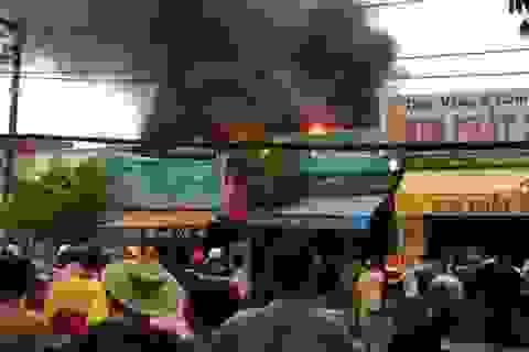 """Cháy lớn sát tiệm vàng, nhân viên hốt hoảng """"chạy"""" tài sản"""
