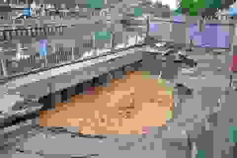 Vết nứt trên đường Trường Sa tạo thành hố sâu khổng lồ