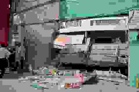 Xe container tông sập nhà, cán chết một cô gái