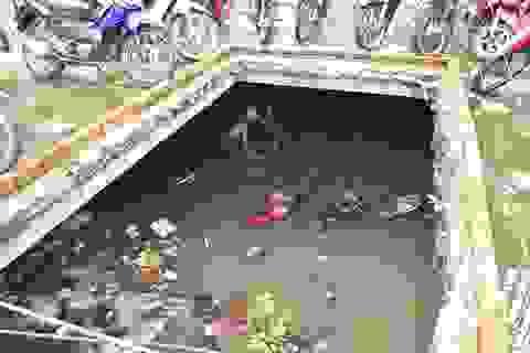 """Hàng trăm người bỏ việc đi """"mò"""" xe ngập trong hầm nước"""