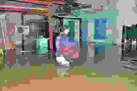 Phòng trọ nước ngập gần 1m, dân ôm gối ra gầm cầu ngủ