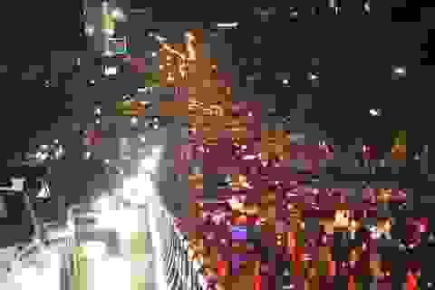 Hàng nghìn người dầm mưa trước sân bay Tân Sơn Nhất