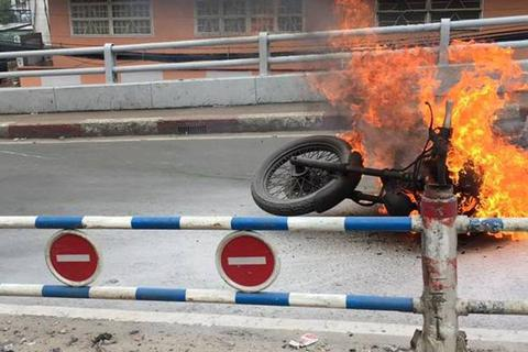 Mô tô phân khối lớn bốc cháy ngùn ngụt, chủ xe bỏ chạy thoát thân