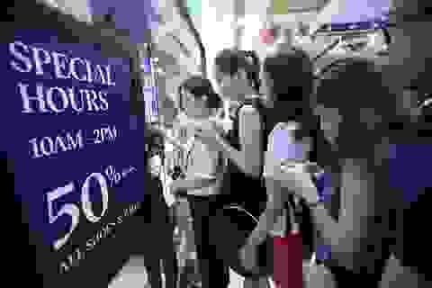 TPHCM: Dân đổ xô mua đồ giảm giá ngày Black Friday, giao thông tắc nghẽn
