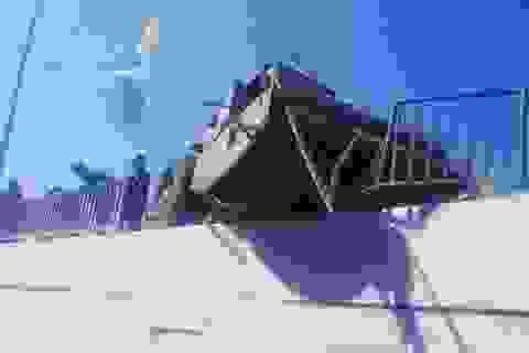 Xe lu mất phanh khi đổ dốc, nằm chênh vênh trên thành cầu