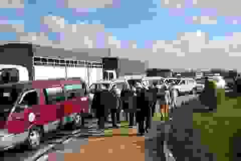 Quốc lộ 1A kẹt cứng nhiều giờ vì dòng người đổ về Thánh đường Tắc Sậy