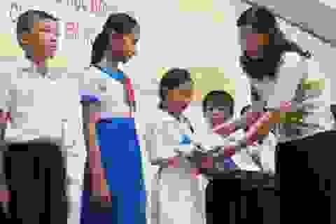 Hàng trăm suất quà đến với học sinh nghèo vượt khó, học giỏi