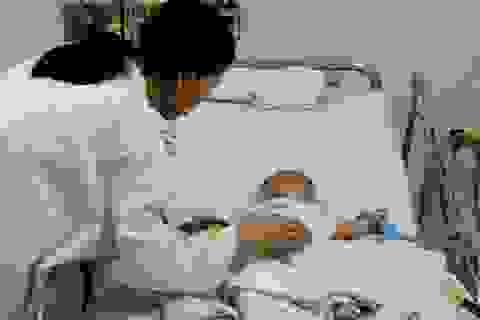 Cháu bé bị dao đâm xuyên não tạm qua cơn nguy kịch