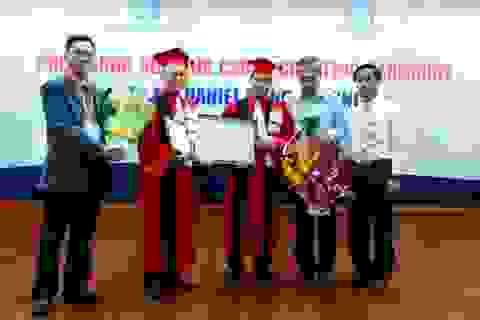 Phong hàm Giáo sư Danh dự cho một Việt kiều Mỹ