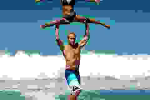 Cặp đôi vừa lướt sóng vừa tạo dáng tuyệt đỉnh