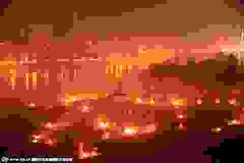 Bờ sông rực lửa mù mịt khói trong tháng cô hồn