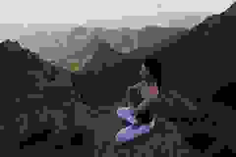 """Thiếu nữ xinh đẹp luyện yoga trên đỉnh núi """"hút hồn"""" cư dân mạng"""