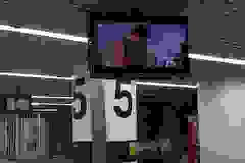 """""""Sốc"""" khi màn hình sân bay chiếu phim khiêu dâm"""