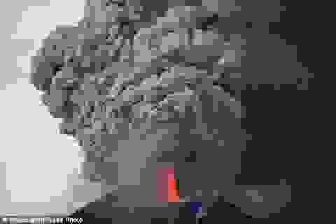 """Khoảnh khắc phun trào dữ dội của núi lửa """"ngủ quên"""" suốt trăm năm"""