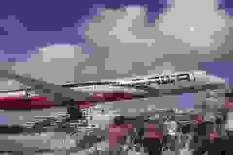 Giật thót trước cảnh máy bay lượn sát trên bãi biển đông người