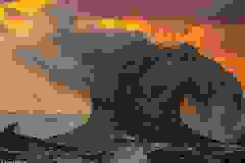 """Cảnh tượng sóng đánh cao dữ dội trên mặt hồ như """"ngày tận thế"""""""