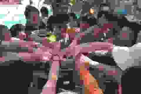 """Khách Trung Quốc """"càn quét"""" đĩa hoa quả ở Việt Nam trong 6 giây"""