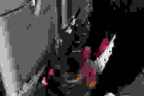 Sốc: Bà cho cháu đi vệ sinh ngay trên thảm máy bay