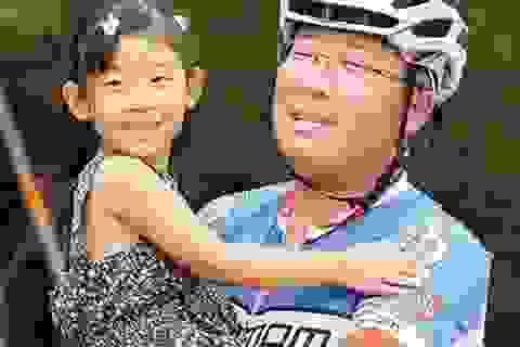 Ông bố đạp xe chở con đi du lịch khắp Trung Quốc