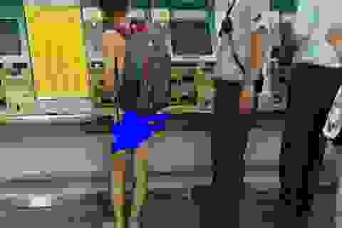 Giật mình cảnh du khách nam khỏa thân đứng mua vé ở nhà ga