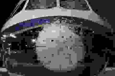 Máy bay thủng lỗ chỗ, hư hỏng nặng sau khi gặp trận mưa đá