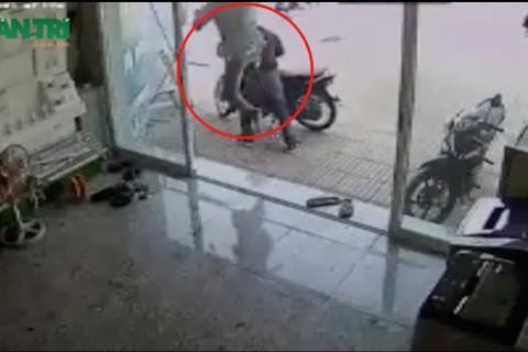 Màn tung cước hạ gục tên trộm xe máy trong giây lát