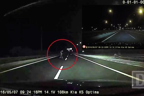 """Rợn người những """"bóng ma """" băng qua đường cao tốc trong đêm"""